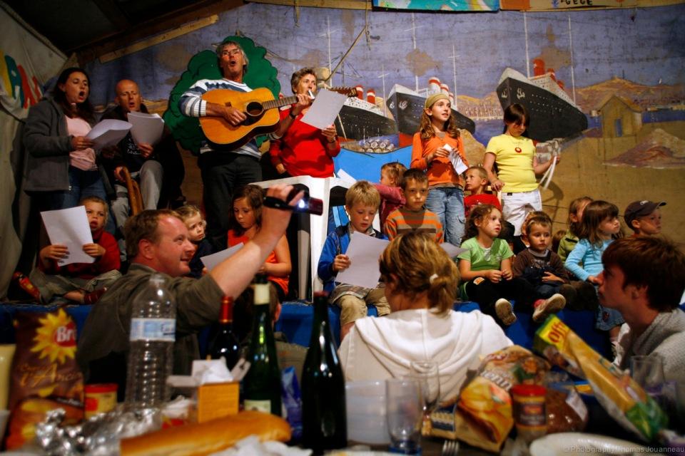 Chronique de la vie ordinaire (et extraordinaire) d'un bourg de Normandie. Notre époque est à un moment charnière, un de ces rares moments dans l'histoire de l'humanité où les choses, ne sont pas tout à fait finies, en même temps qu'elles ne sont pas non plus installées. Nous voici dans une basse époque où la société se désorganise en même temps qu'elle se réorganise.(Pascal Dibie, ethnologue,Le village métamorphosé.)  Coudeville-sur-Mer est un petit village normand de la Manche qui compte 880 habitants. Installé récemment dans le bourg de la commune, je regarde vivre les habitants. Durant des siècles, le village était un petit monde, qui se suffisait à lui-même, l'identité de chacun se forgeait en fonction de l'appartenance à telle ou telle communauté, on y naissait, on y travaillait, on y dansait, on y mourrait. Mais aujourd'hui? Face à la mondialisation des échanges, à la mobilité, à la ville qui lentement se rapproche, à l'arrivée de nouvelles populations au style de vie citadin, aux déménagements fréquents, le village se transforme…